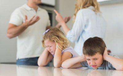 Discusiones de parejas en frente de los hijos